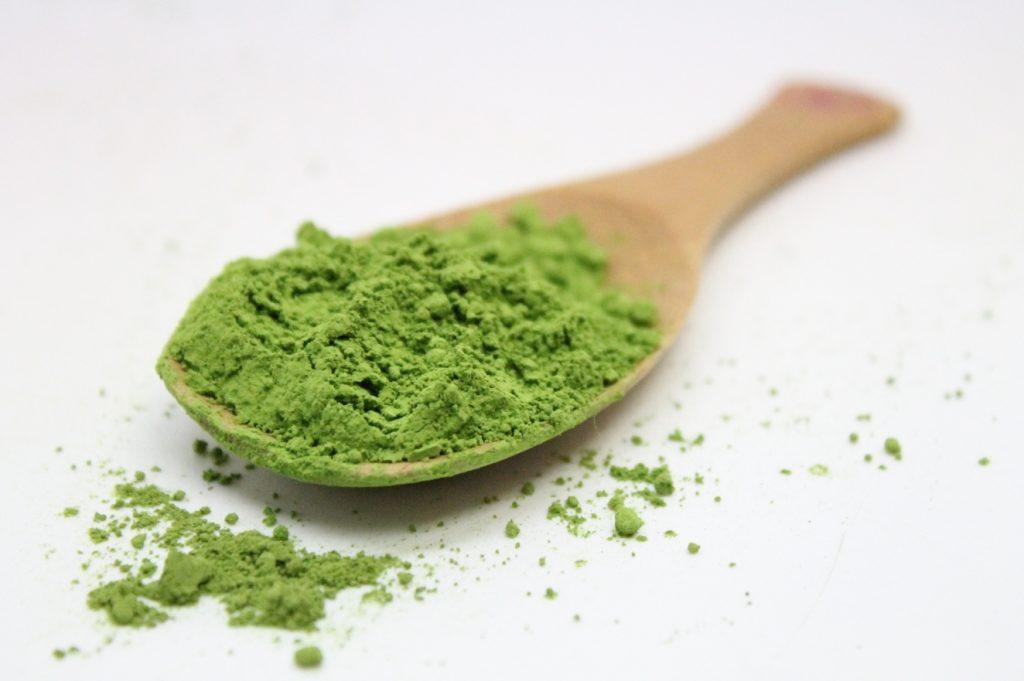 Trong trà xanh có chứa khoảng 80% chất béo không bão hòa đơn, vừa giúp giải nhiệt, vừa giảm được lượng mỡ dưới da.